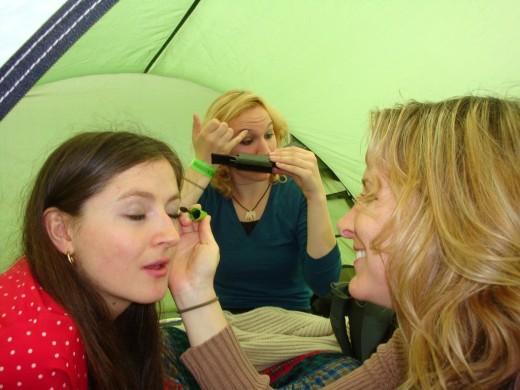 Vorbereitungen im Zelt